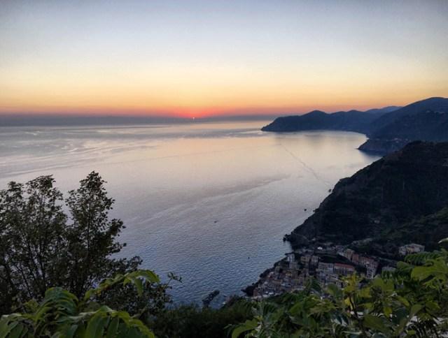 Dal Santuario di Montenero sopra Riomaggiore si fa una fantastica foto del tramonto