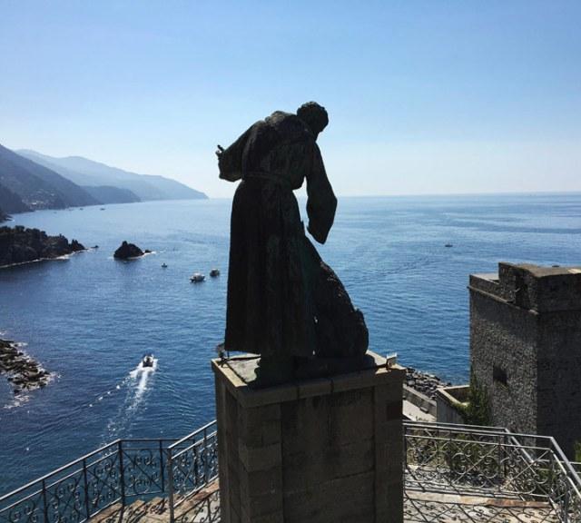 La Statua di San Francesco svetta sul Mare Ligure dal convento dei cappuccini di Monterosso