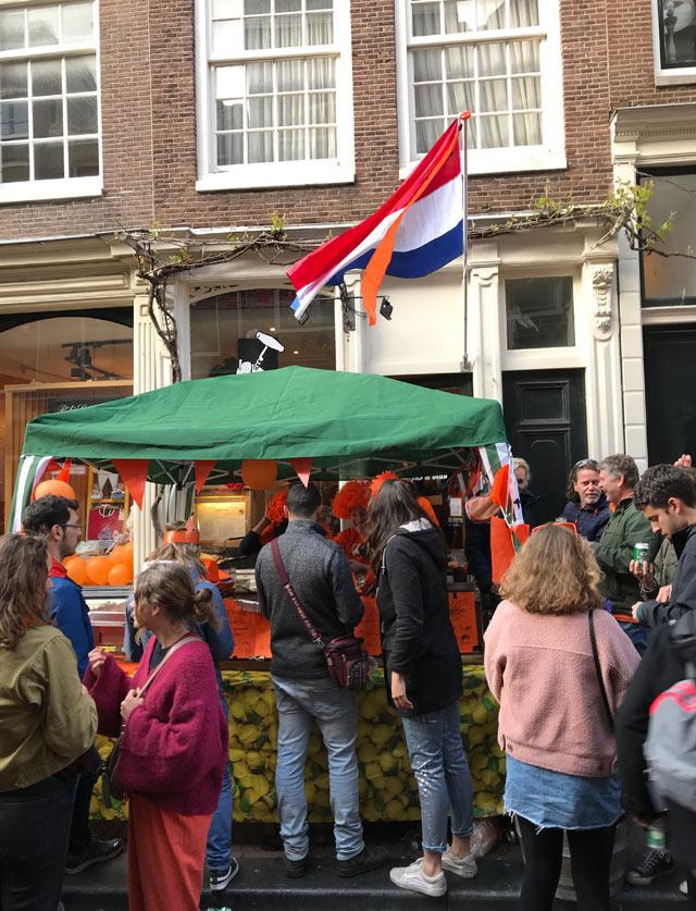 Durante il King's Day Amsterdam si anima con feste in tutto il centro: si mangia e beve all'aperto