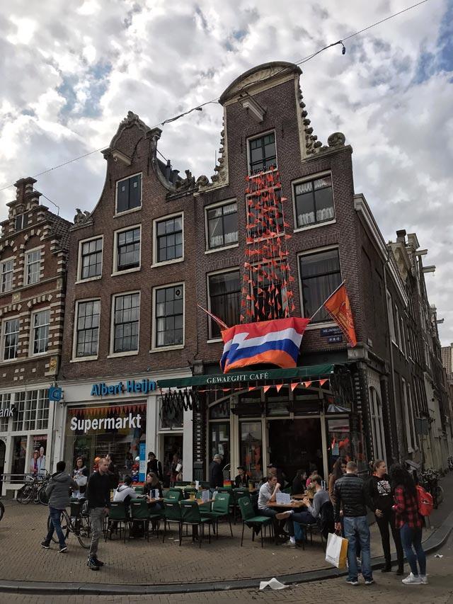 I ristoranti di Piazza Nieuwmarkt a Amsterdam decorati per il King's Day