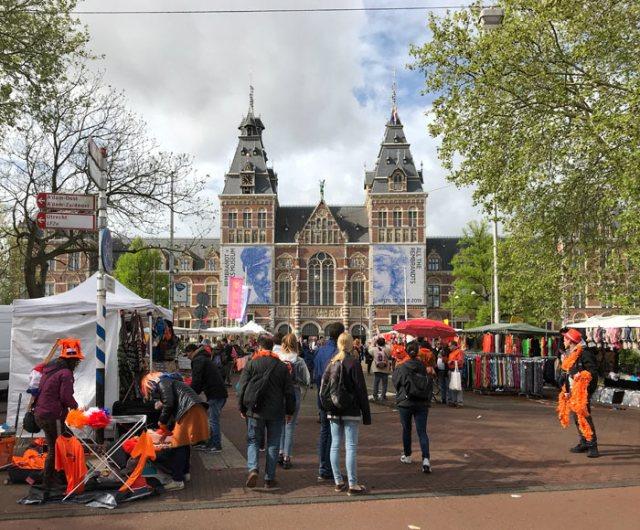 I mercati delle pulci sono tipici del Giorno del Re a Amsterdam
