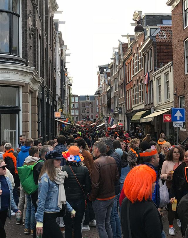 Si calcola che 2 milioni di persone festeggino il King's Day a Amsterdam
