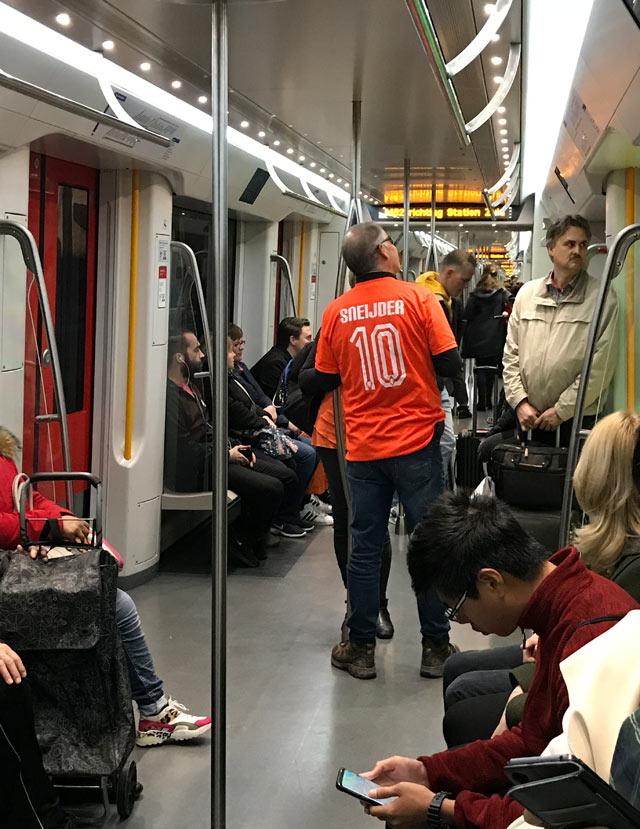 Il Giorno del Re c'è gente vestita d'arancio fin dalle prime ore del mattino