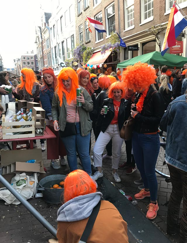 Per il Giorno del Re a Amsterdam 2 milioni di persone scendono per strada a festeggiare