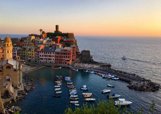 Il tramonto da Vernazza è romantico: visitare le Cinque Terre è anche questo