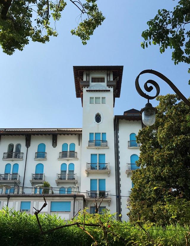 L'Hotel Savoy Palace sul lungolago di Gardone Riviera è in stile secessionista viennese