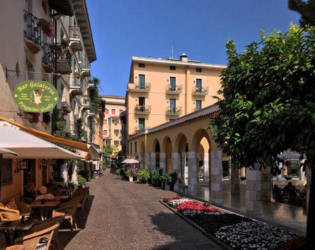 Lo splendido Lungolago D'Annunzio è da vedere a Gardone Riviera sul Lago di Garda