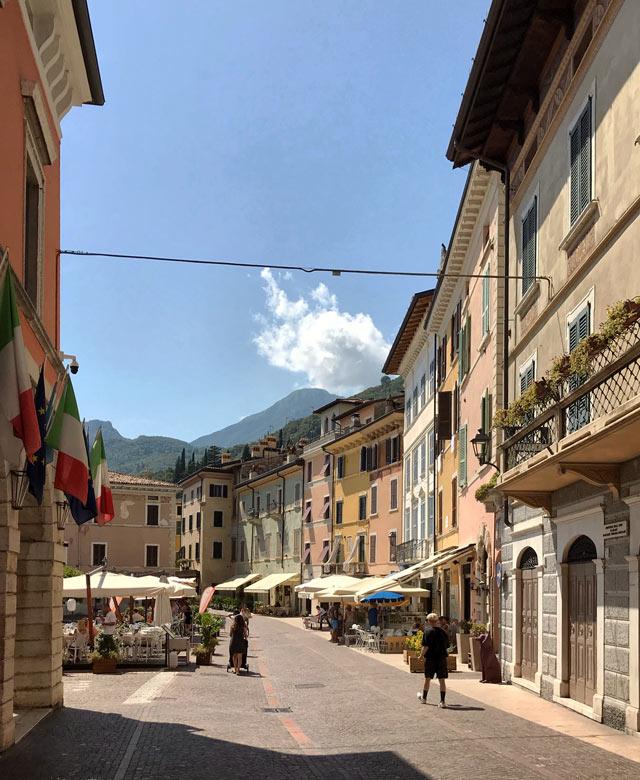 Gargnano sul Lago di Garda ha splendidi palazzi color pastello