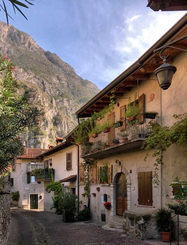 Il borgo antico di Limone sul Garda ha meravigliose pittoresche vie
