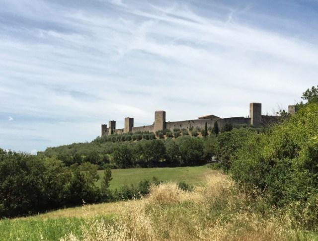Nei dintorni di Siena c'è Monteriggioni, esempio di borgo fortificato della Toscana