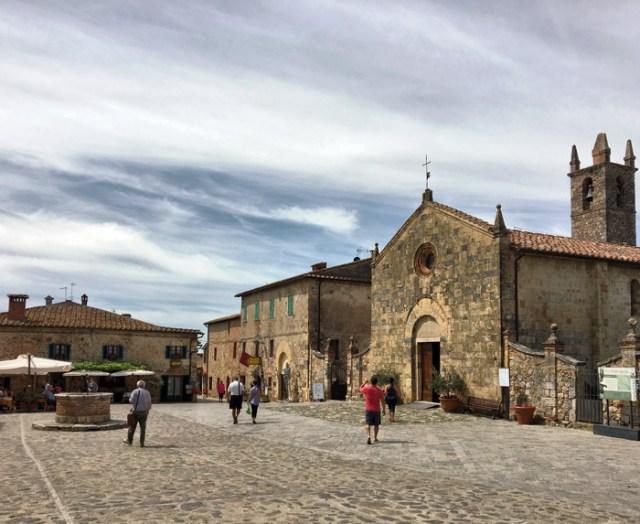 Piazza Roma a Monteriggioni ha una magnifica atmosfera ferma nel tempo
