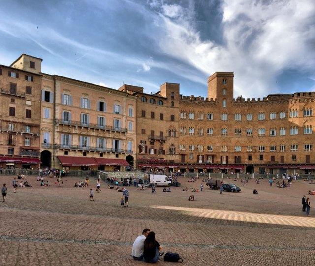 Uno dei posti da visitare a Siena è Piazza del Campo: è il cuore della città!