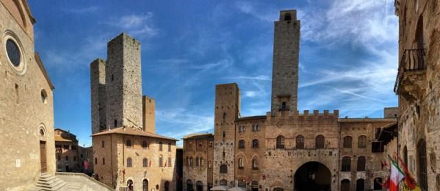 Piazza del Duomo di San Gimignano ospita i palazzi più importanti del borgo