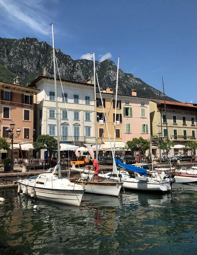 Il porto di Gargnano sul Lago di Garda è circondato da splendidi palazzi colorati
