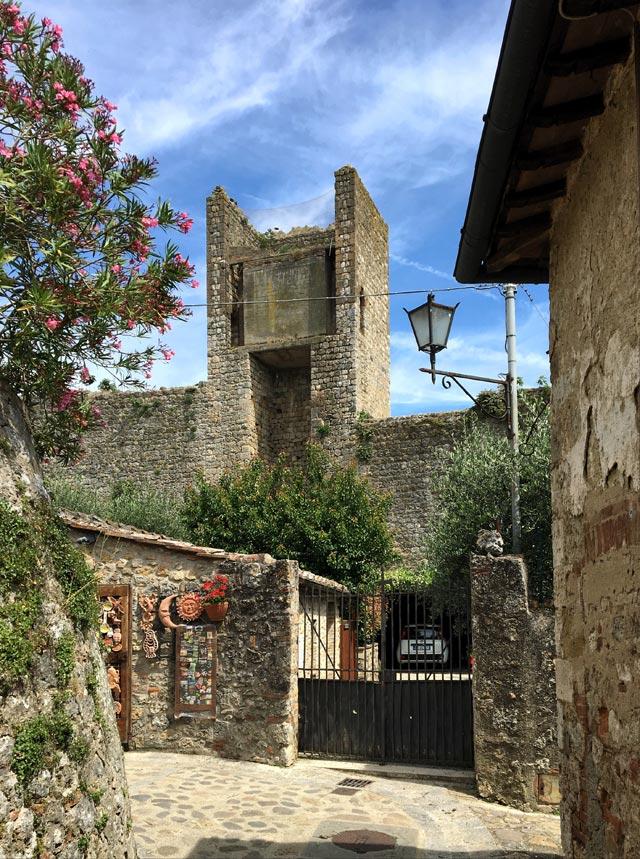 Il borgo di Monteriggioni ha un'atmosfera ferma nel tempo: è imperdibile
