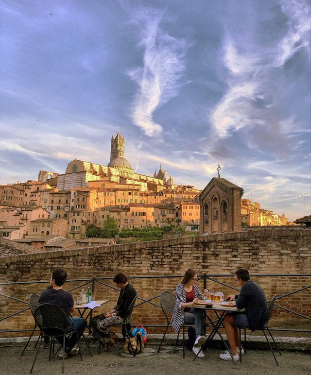 Dove mangiare a Siena? In vicolo Campaccio c'è una terrazza panoramica con 3-4 ristoranti