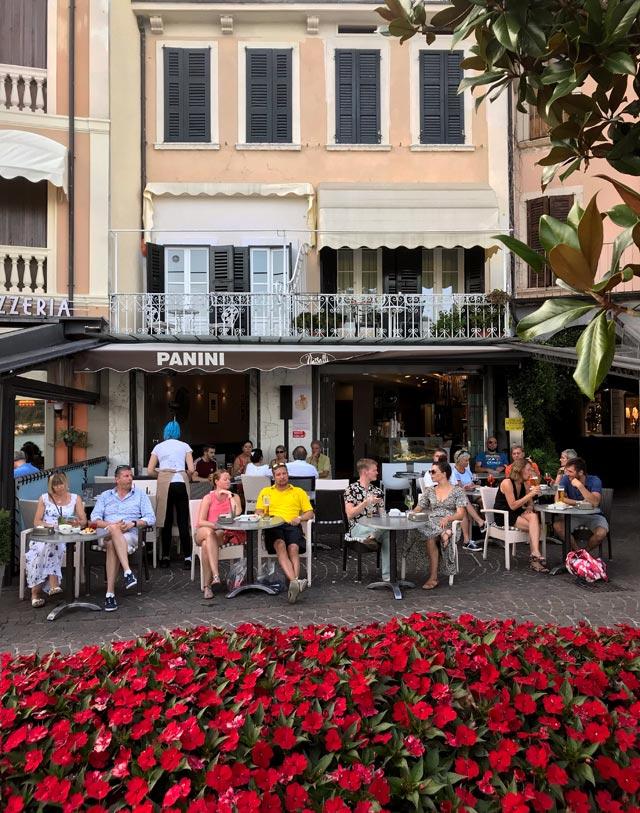 Salò ha una meravigliosa passeggiata lungolago piena di bar e negozi