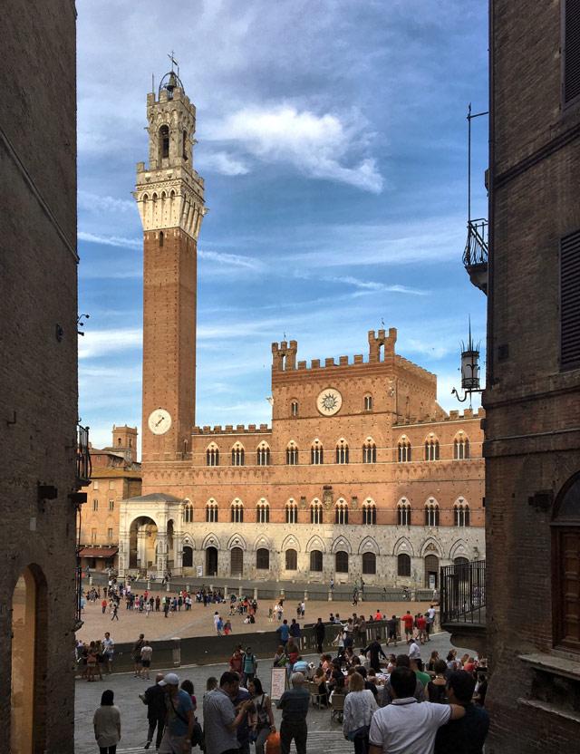 Piazza del Campo è la prima cosa da vedere a Siena: è una delle più belle piazze d'Italia