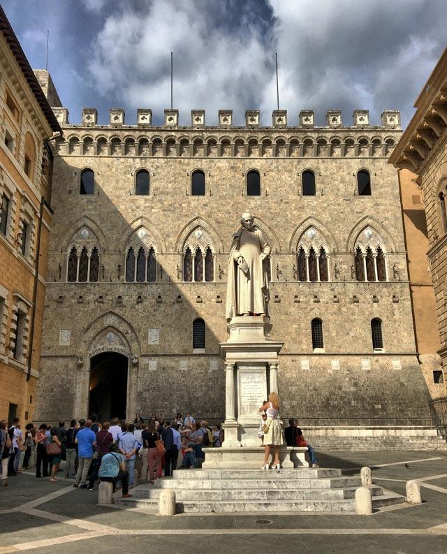 Piazza Salimbeni è uno dei posti da visitare a Siena
