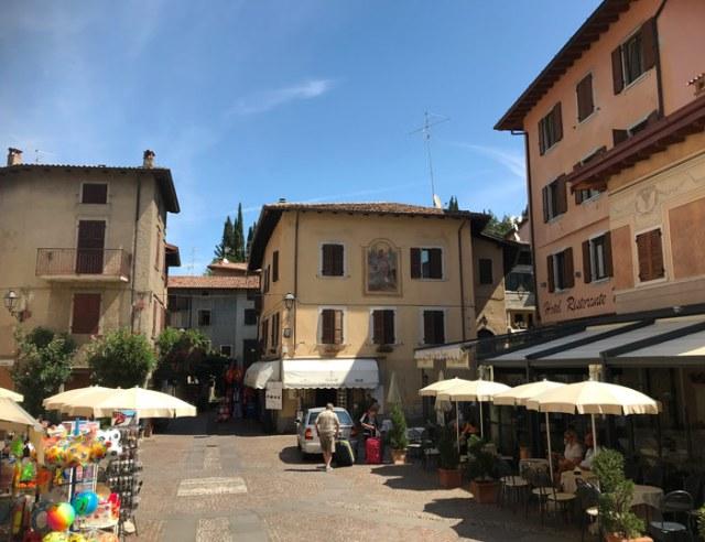 Piazza Cozzaglio è il centro di Pieve di Tremosine, uno dei borghi più belli d'Italia