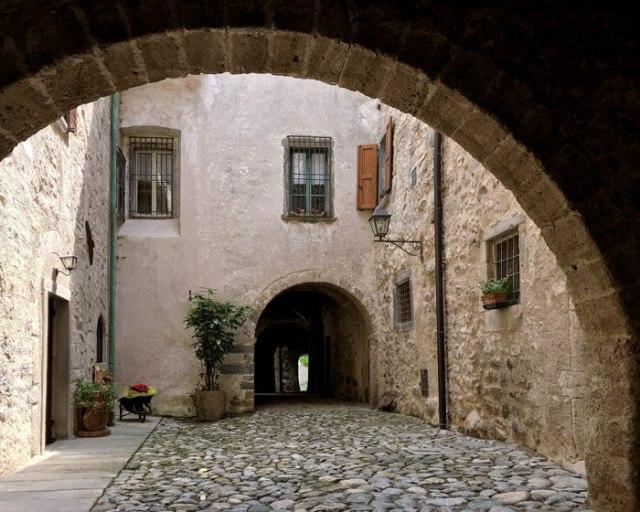 La strada porticata della Via Mercatorum è il simbolo di Cornello dei Tasso