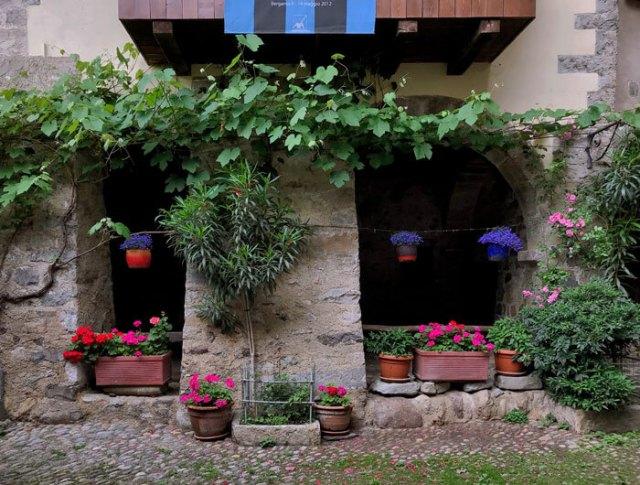 Cornello dei Tasso è uno dei borghi più belli d'Italia per le case decorate e l'atmosfera medievale