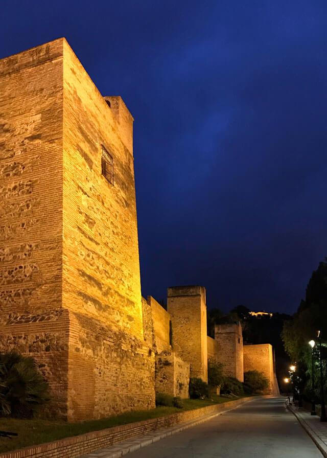 Di notte Malaga ha ancora più fascino: le mura dell'Alcazaba illuminate incantano
