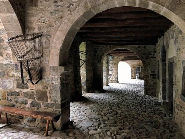 La strada porticata è il simbolo di Cornello dei Tasso, uno dei borghi più belli d'Italia