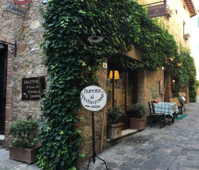 San Quirico d'Orcia in Toscana ha case semplici, spesso in pietra e abbellite da piante e fiori