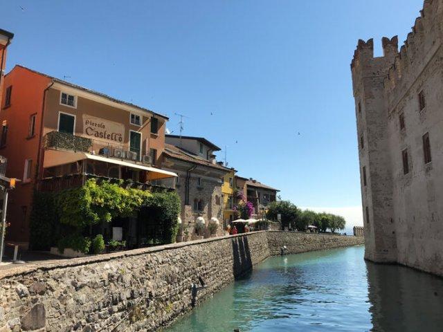 Sirmione ti accoglie con la Rocca scaligera e piazza Castello