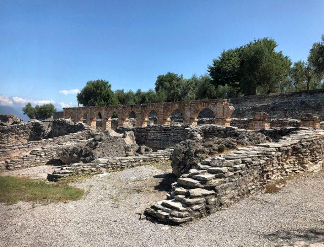 La posizione strategica di Sirmione fu sfruttata dai Romani che costruirono una grande villa