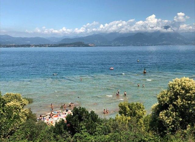 Jamaica Beach è l'attrazione di Sirmione in estate: le acque sono cristalline