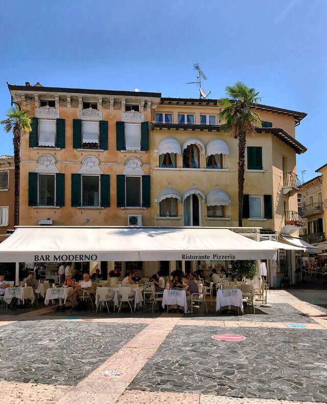 Piazza Giosuè Carducci è un elegante piazza di Sirmione, vic