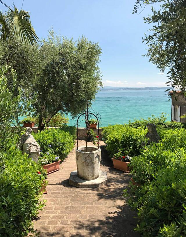 Sirmione ha un meraviglioso pozzo vista Lago di Garda dietro la chiesa di Santa Maria Maggior