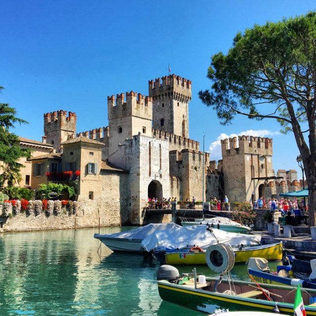 La Rocca scaligera è il simbolo di Sirmione: è da visitare sul Lago di Garda