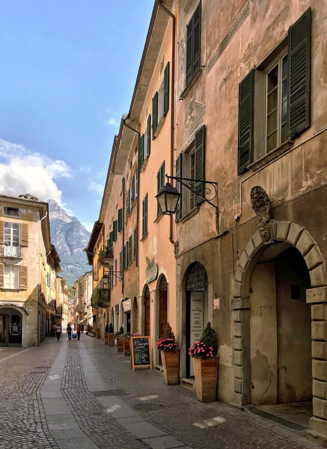 Chiavenna ha un bellissimo centro storico con vie colorate e palazzi storici
