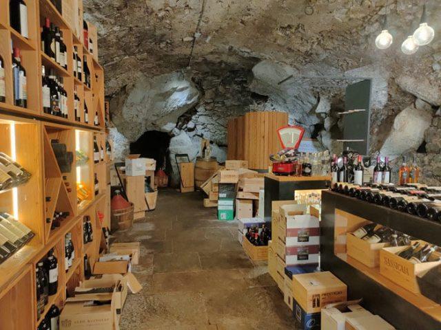 I crotti sono ristoranti tipici della Valchiavenna con cavità nella roccia per conservare i cibi