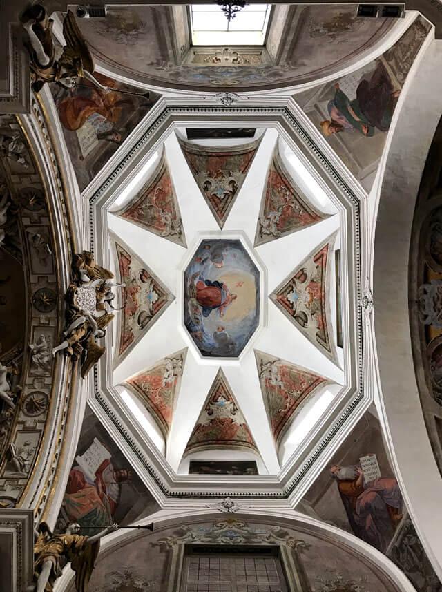 La chiesa di Santa Maria di Chiavenna ha interessanti affreschi barocchi