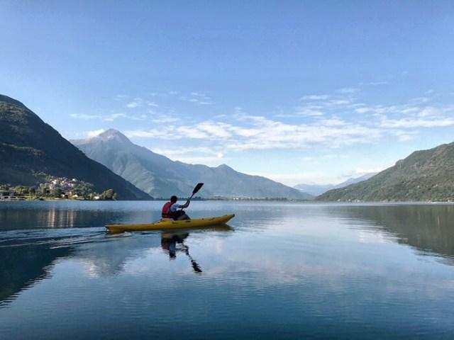 Andare in kayak sul Lago di Mezzola è una delle cose da fare in Valchiavenna