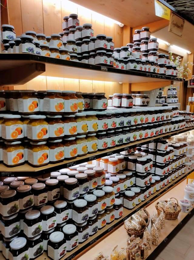 Il Caseificio Alpe del Garda ha un negozio per comprare i prodotti locali di Tremosine