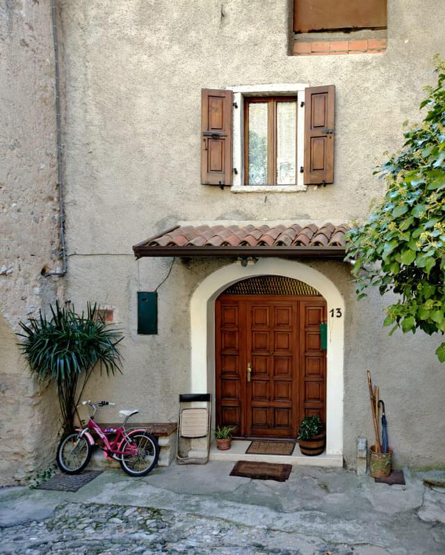 Arias è una frazione di Tremosine con case pittoresche