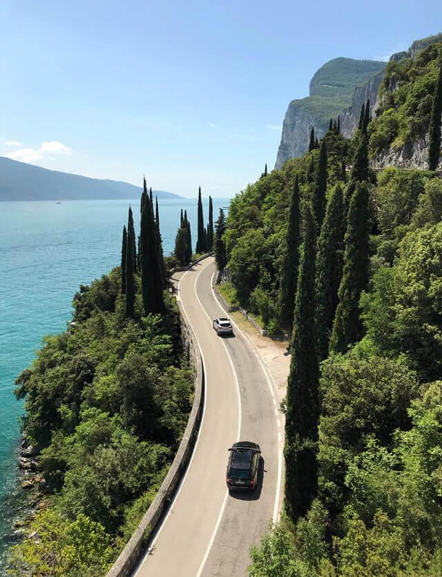 La Strada Gardesana risale la costa occidentale del Lago di Garda