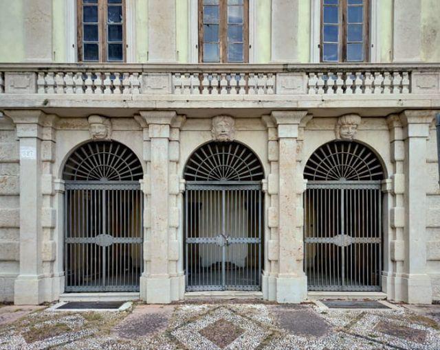 Villa Archetti a Campione sul Garda ha mascheroni sulla facciata