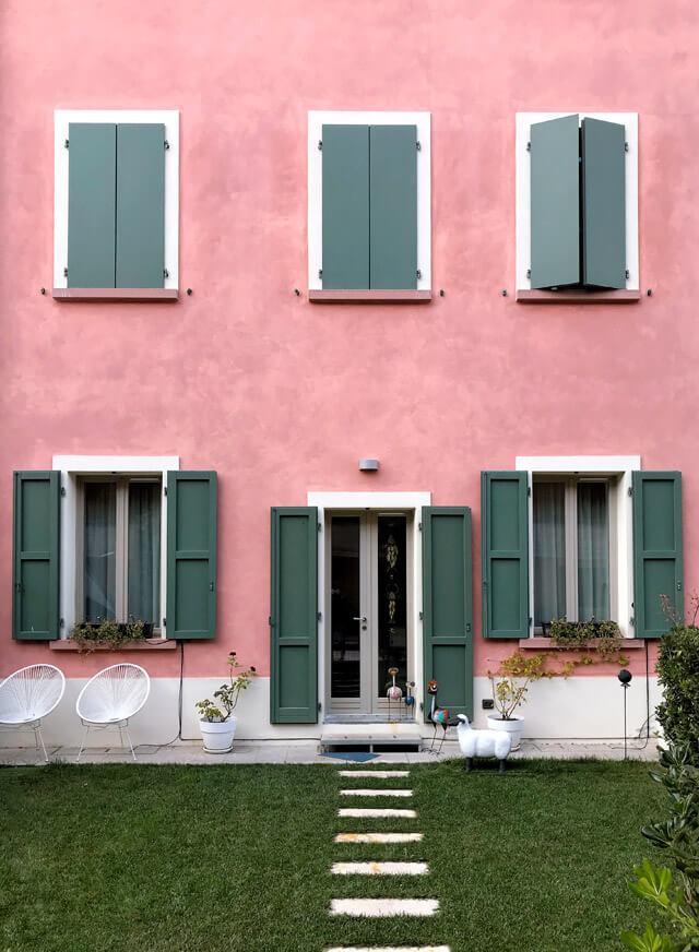 Campione del Garda ha due facce: vecchi condomini operai e case moderne