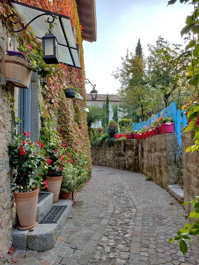 Villa è un borgo pittoresco di Tremosine con case piene di fiori