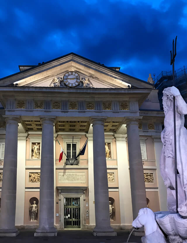 Piazza delle Borsa a Trieste ha il neoclassico Palazzo della Borsa