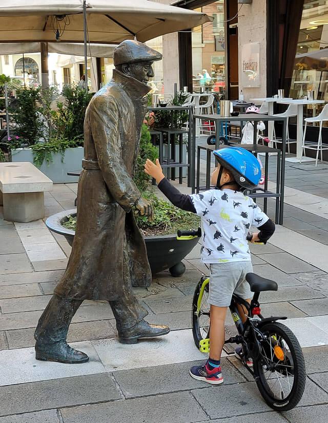 Statua di Umberto Saba con bambino davanti alla libreria in cui ha lavorato a Trieste