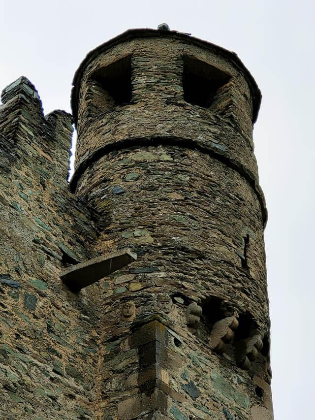 Il Castello di Fénis ha 8 facce scolpite in ogni torre