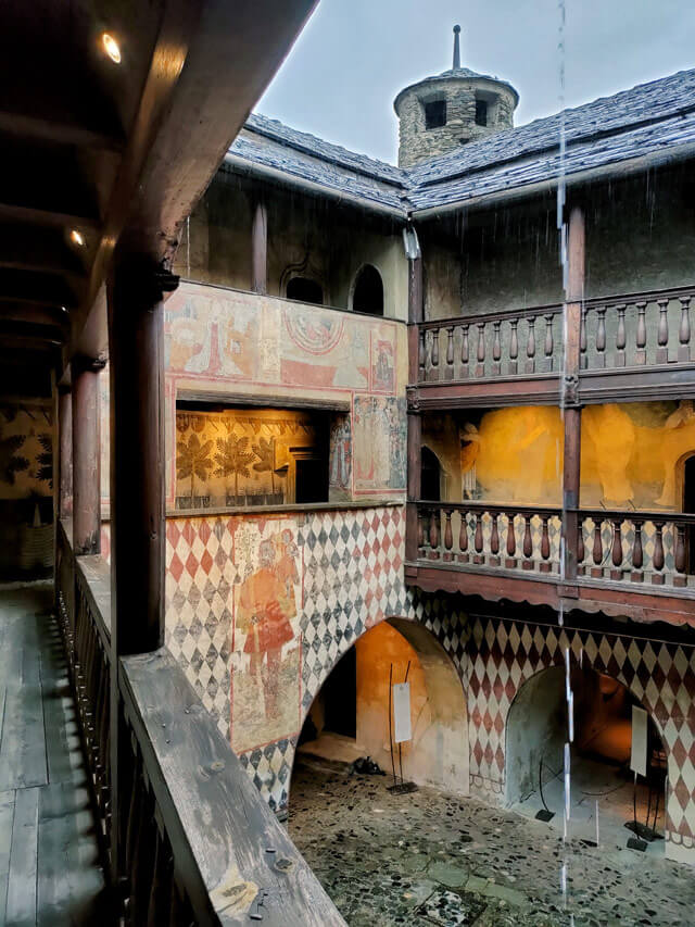 Il Castello di Fénis conserva stupendi affreschi del '400