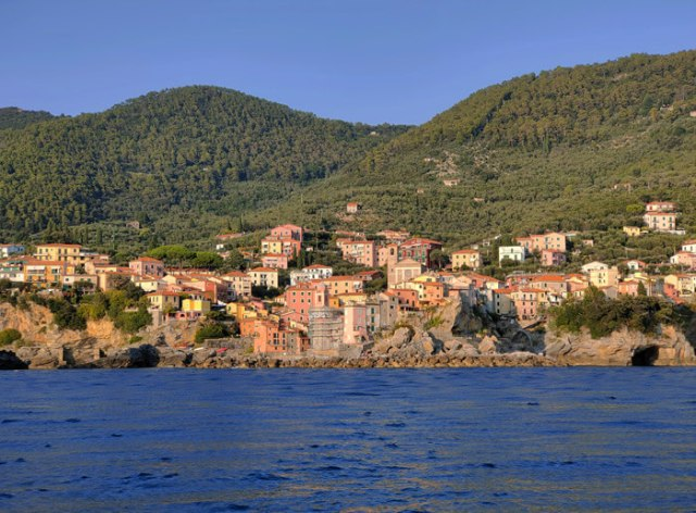 Tellaro è uno dei borghi arroccati che si vedono in una gita in barca in Liguria